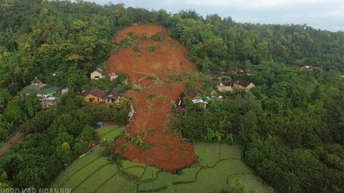 Excavator Diturunkan buat Permudah Pencarian 16 Korban Longsor di Nganjuk